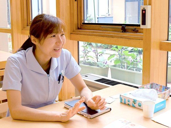 介護老人保健施設スカイの管理栄養士阿部咲子さんインタビューの様子