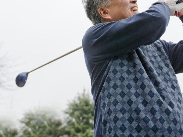 ゴルフを楽しむ男性のイメージ