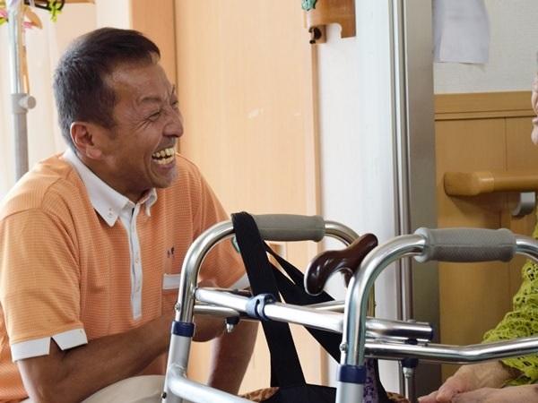 お客様と笑顔で会話するツクイ浜松大平台の小野准さん