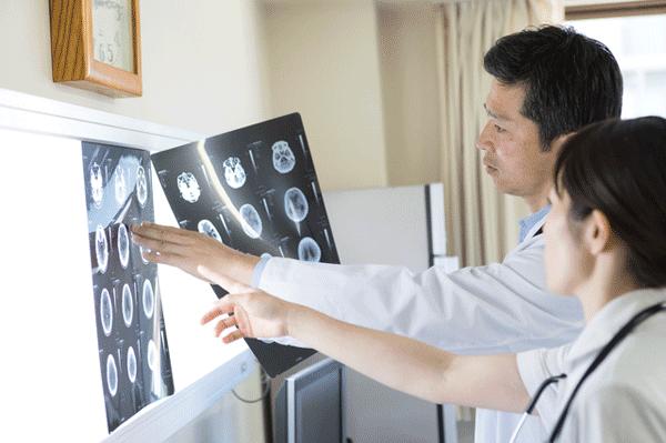 アイキャッチ:手術により改善が見込める認知症「特発性正常圧水頭症」調査